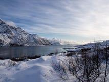 Overzees en bergen op Lofoten, Noorwegen in de winter Stock Foto