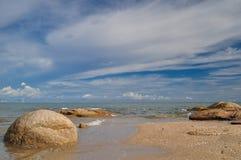 Overzees en blauwe hemel Stock Foto