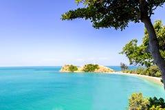 Overzees en blauwe hemel, Andaman-Overzees, koh lanta, krabi, Thailand Stock Foto