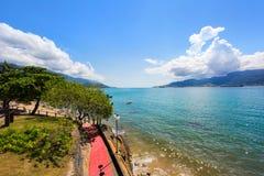 Overzees en blauwe hemel, fietsweg op de waterkant royalty-vrije stock foto