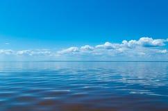 Overzees en blauwe hemel met wolken Royalty-vrije Stock Fotografie