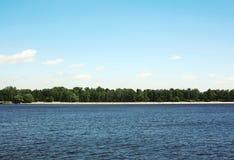 Overzees en blauwe hemelachtergrond, land over lange afstand, strand royalty-vrije stock afbeeldingen