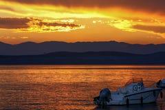 Overzees en boot bij zonsondergang - Zeegezicht royalty-vrije stock foto's