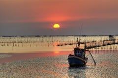Overzees en bootlandschap in zonsondergangtijd Royalty-vrije Stock Afbeeldingen