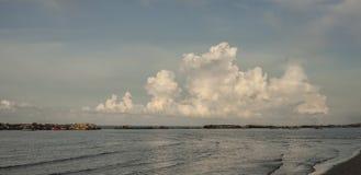 Overzees en een grote cumulus royalty-vrije stock fotografie