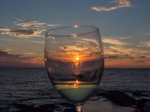 Overzees en glas wijn bij zonsondergang Pantelleria, Sicilië, Italië stock foto