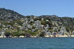 Overzees en groene steile rots Stock Afbeelding