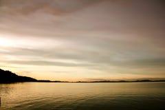 Overzees en hemel in de vroege avond stock foto