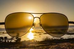 Overzees en hemel door zonnebril bij zonsondergang royalty-vrije stock afbeeldingen