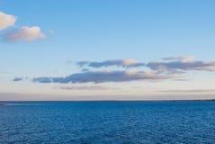 Overzees en hemel met wolken stock afbeelding
