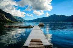Overzees en houten platform op de zeekust en de boten Hemel met verbazende wolken Royalty-vrije Stock Foto's