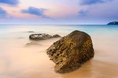 Overzees en rots bij de zonsondergang De samenstelling van de aard Royalty-vrije Stock Afbeeldingen
