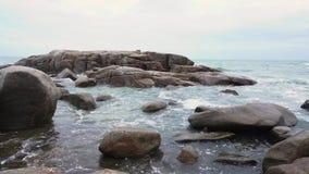 Overzees en rotsen stock videobeelden
