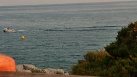 Overzees en steile ruwe klippen in Spanje stock videobeelden