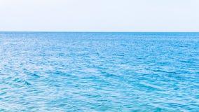 Overzees en stenen zeekust achtergrondmening stock foto