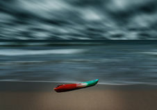 Overzees en strandonweer met banaanboot, Motieonduidelijk beeld Royalty-vrije Stock Foto's