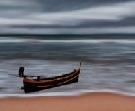 Overzees en strandonweer met vissersboot, Motieonduidelijk beeld Royalty-vrije Stock Fotografie