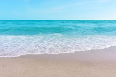 Overzees en zand en mooie hemel op een ontspannende dag, koele wind royalty-vrije stock foto