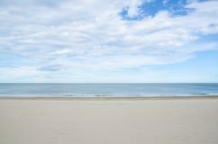Overzees en zand op het strand in blauwe hemel Stock Fotografie