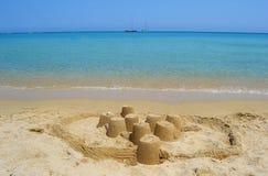 Overzees en zandkasteel Stock Foto