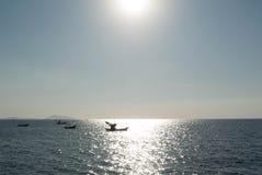 Overzees en zon met boot Royalty-vrije Stock Foto