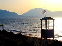 Overzees en zonsondergang bij het strand stock afbeelding