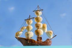 Overzees fregat in het overzees tegen royalty-vrije stock fotografie