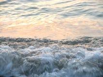 Overzees golven en schuim Stock Fotografie