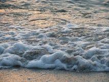Overzees golven en schuim Stock Foto