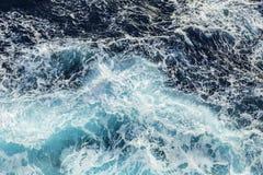 Overzees golven en schuim dichtbij cruiseschip Royalty-vrije Stock Afbeelding