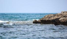 Overzees, golven en stenen Stock Afbeeldingen