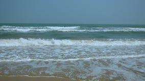 Overzees golven en strand in Thailand