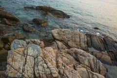 Overzees, golven, zand en stenen Stock Foto's