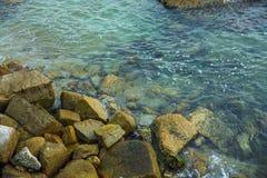 Overzees, golven, zand en stenen Royalty-vrije Stock Fotografie
