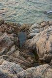 Overzees, golven, zand en stenen Royalty-vrije Stock Foto's