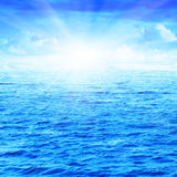 Overzees, hemel en zon. Stock Foto's