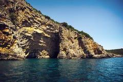 Overzees hol in het Adriatische overzees, Montenegro Stock Foto