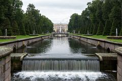 Overzees kanaal van het Lagere Park op de achtergrond van het Paleis royalty-vrije stock afbeeldingen