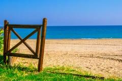 """Overzees kust†""""mooie mening van het strand, houten poort, Pescara, Italië stock fotografie"""