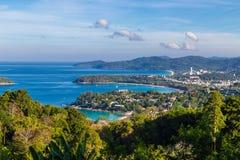 Overzees kust tropisch rotsachtig strand met palm Royalty-vrije Stock Fotografie