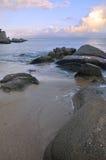 Overzees kustlandschap onder zonsondergang Stock Afbeeldingen