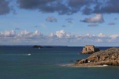 Overzees landsape met witte motorboot dichtbij Saint Malo stock fotografie