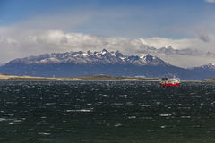 Overzees landschap met een schip op de grote majestueuze achtergrond van sneeuwbergen Brakkanaal, Ushuaia, Argentinië Royalty-vrije Stock Fotografie