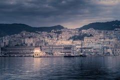 Overzees landschap met het overzees, de haven en de boten Stock Afbeeldingen