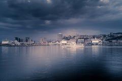 Overzees landschap met het overzees, de haven en de boten Stock Fotografie
