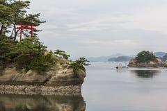 Overzees landschap met verscheidene eilandjes en een rode toriipoort in Matsus Royalty-vrije Stock Afbeeldingen