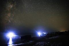 Overzees landschap van het zandige strand en de oceaan met nachtduikers tegen de achtergrond van de sterrige hemel Royalty-vrije Stock Fotografie