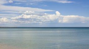 Overzees met grote wolk Stock Afbeelding