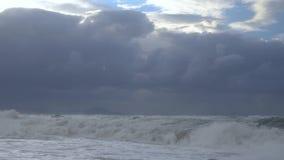 Overzees met hoge golven en wolken stock footage