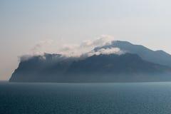 Overzees met nevel wordt behandeld die Berg en mist bij nacht Stock Foto